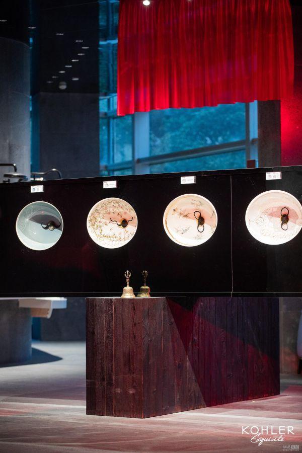 """科勒达利艺术藏家展:科勒艺术系列台盆与达利标志性的胡子结合而成的""""胡子钟"""""""