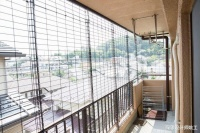 阳台不让封,没啥大不了的,整面钢丝网做防护,物业想管都管不着
